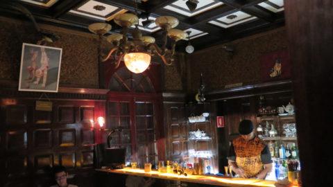 Para respeitar o tombamento, bar teve que ser encaixado sem apoio nas paredes da casa