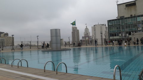 Piscina panorâmica no terraço do Sesc 24 de Maio. Foto: Denize Bacoccina