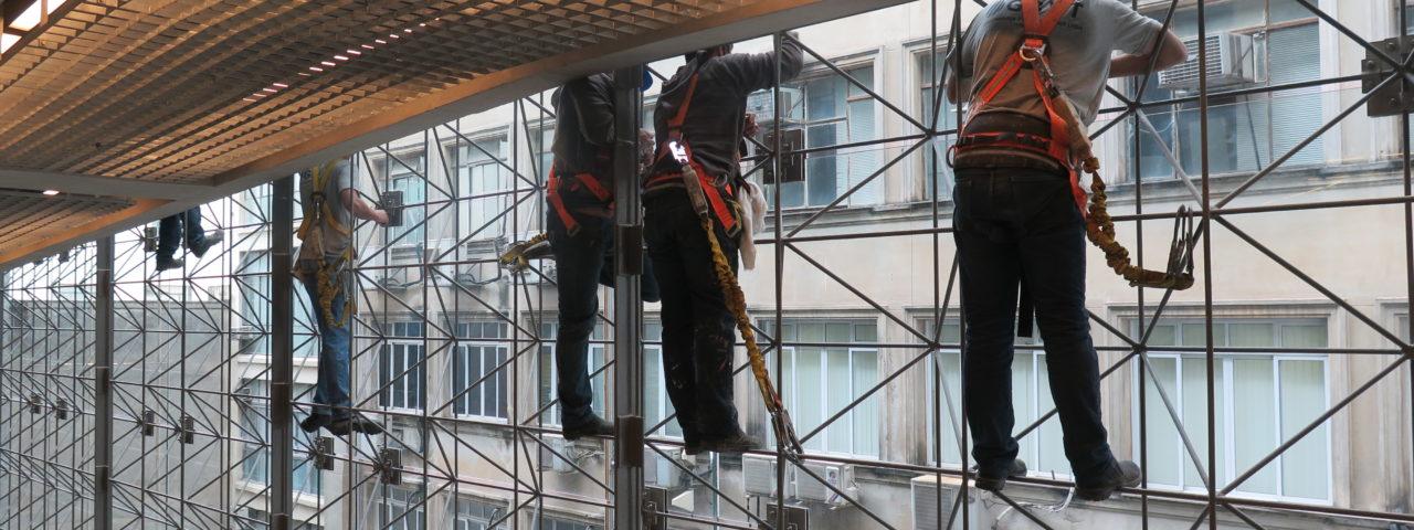 Parece uma instalação. Mas são operários dando os últimos retoques na paredes envidraçadas do Sesc 24 de Maio. Foto: Denize Bacoccina