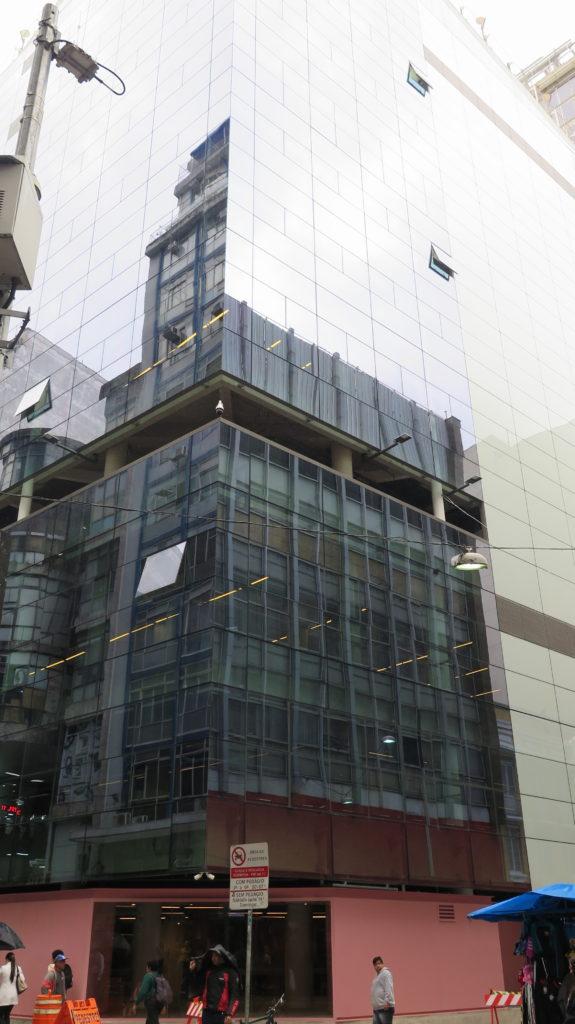 Vista externa do prédio, que tem paredes envidraçadas. Foto: Denize Bacoccina