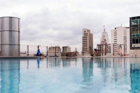 A piscina no topo é a grande atração do Sesc 24 de Maio. Divulgação/ Matheus José Maria