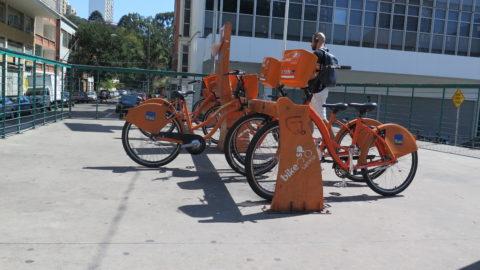 Ponto de aluguel de bicicletas na Praça Roosevelt, bem perto do Minhocão. Foto: Denize Bacoccina