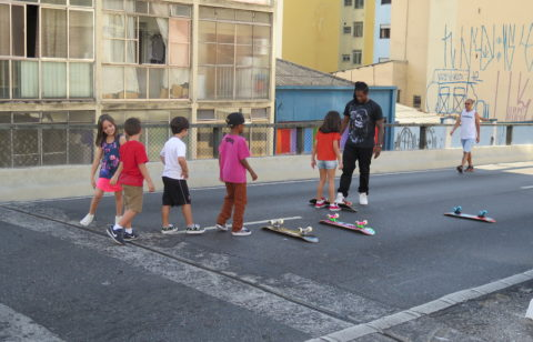 Escolinha para pequenos skatistas. Foto: Denize Bacoccina