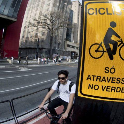 Com 2,7 quilômetros de extensão e ligação com 11 outras ciclovias, a ciclovia da Avenida Paulista permite que o ciclista percorra vias exclusivas da Zona Oeste até a Zona Sul da cidade. Foto: Marcelo Camargo/Agência Brasil