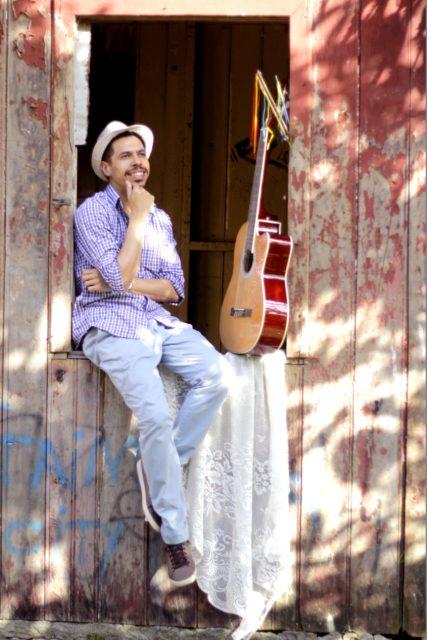 Folclorista, pesquisador e brincante Eduardo Agualuz em Sobre Raízes & Flores, um Cancioneiro Encantado