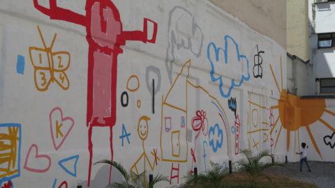 Desenhos do artista plástico Tec reproduzindo desenhos de crianças da Emei Patricia Galvão. Foto: Denize Bacoccina