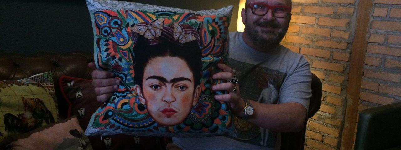 Flammarion Vieira com almofada Frida psicodélica Foto: Denize Bacoccina