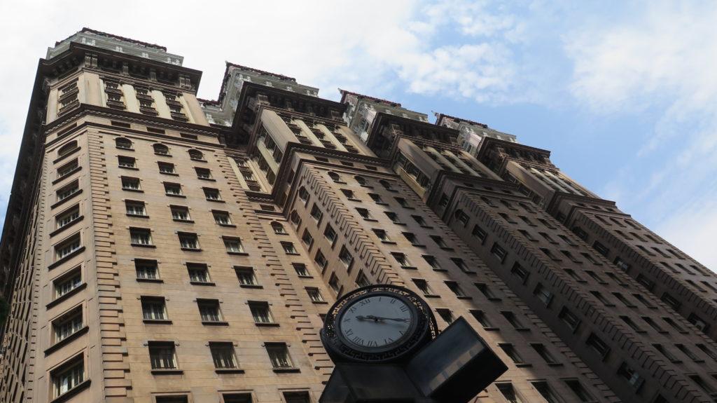 No mesmo ano da quebra da Bolsa de Valores de Nova York, em 1929, o imigrante italiano Martinelli inaugurou o primeiro arranha-céu da América Latina