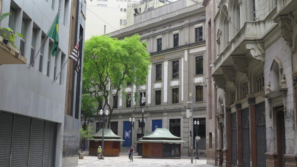 Bolsa de Valores, agora batizada de B3, seguindo pela Rua 15 de Novembro, em direção ao Largo São Bento