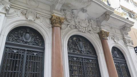 A decoração mostrando produtos de exportação brasileiro mostra que o prédio foi construído para abrigar uma empresa de comércio exterior