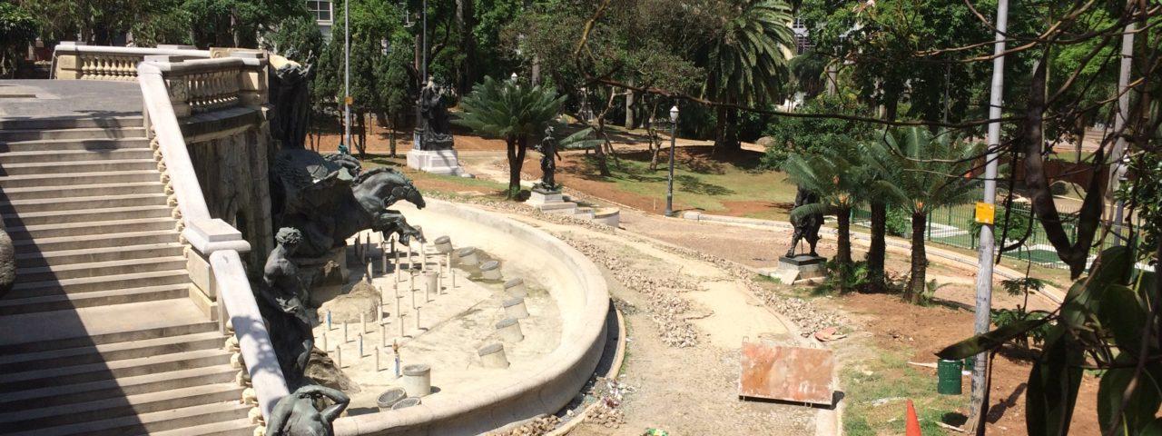 Fonte da Praça Ramos de Azevedo, em obras. Foto: Denize Bacoccina