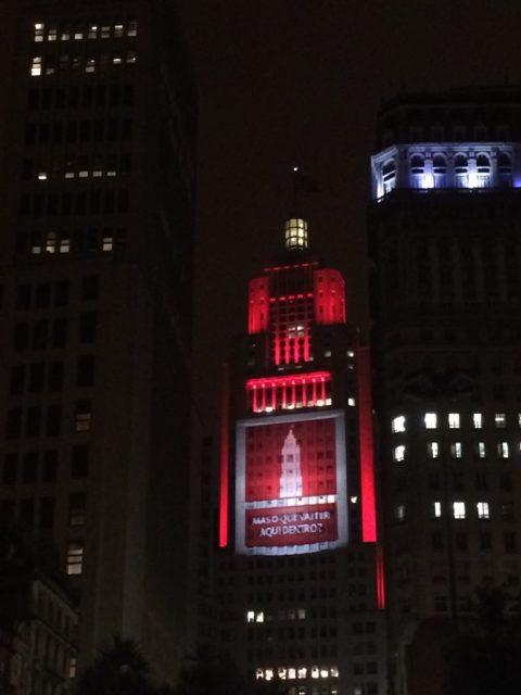 Farol Santander, com nova iluminação e projeções na fachada
