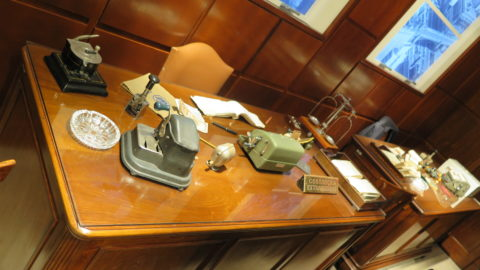 Móveis de época, produzidos pelo Liceu de Artes e Ofícios. Foto: Denize Bacoccina