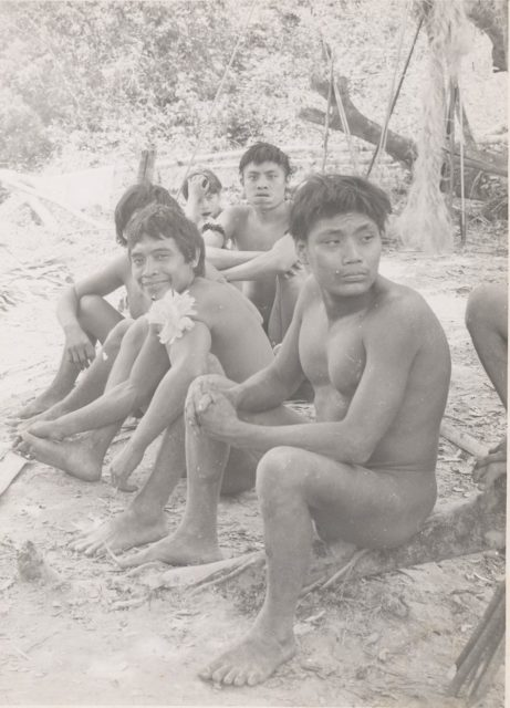 Fotografia de Flávio de Carvalho (1899-1973). Indígenas da tribo xirianã. Expedição Amazônica, também conhecida como Experiência nº- 4 e realizada em 1958. Foto Fundo Flávio de Carvalho CEDAE - UNICAMP