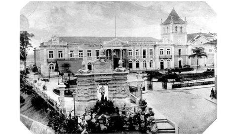 Vista do Pátio do Colégio em 1887. A fonte, em primeiro plano, foi demolida em 1932/Militão/Acervo Digital da Prefeitura de São Paulo