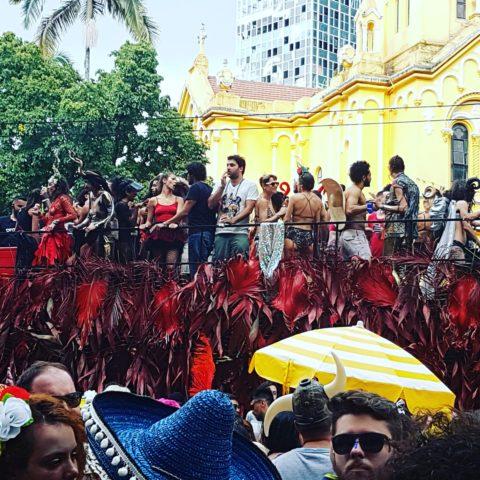 Tarado Ni Você colore as ruas do centro com homenagem a Caetano Veloso