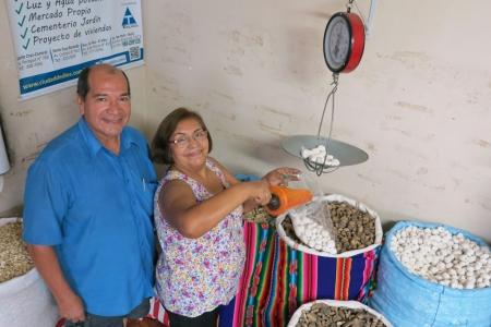 Demetrio e Alicia Orellana, proprietários da mercearia Flores. Foto: Marcia Minillo