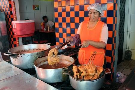 Preparo do pollo broaster na rua Coimbra. Foto: Marcia Minillo