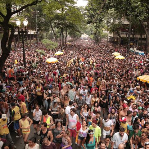 Avenida São Luis ocupada pelo Carnaval de rua