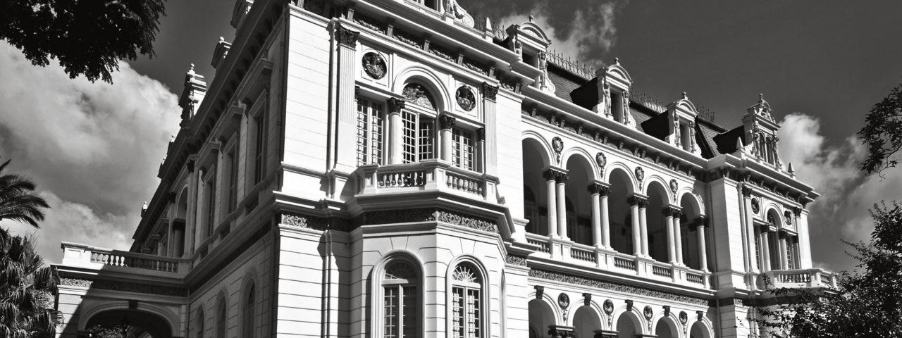 Palácio dos Campos Elíseos. Avenida Rio Branco, 1289 - O bairro de Campos Elíseos, primeiro a ser planejado na cidade de São Paulo, foi projetado pelo engenheiro Hermann Von Puttkamer, em terras da Chácara do Bambu dos alemães Frederido Glette e Victor Nothmann. Já o Palácio dos Campos Elíseos, residência do rico fazendeiro Elias Antonio Pacheco e Chaves, foi projetado, em 1896, pelo arquiteto alemão Matheus Haüssler. Construído com o luxo e requinte das mansões dos cafeicultores, o palacete foi concluído em 1899, com colunata e capitéis evocando o renascimento italiano e cobertura de mansarda, com nítida influência francesa do século 17. Em 1912, o governo estadual adquiriu o imóvel, passando a ser utilizado como residência de governadores, sede de governo e, atualmente, como Secretaria da Ciência, Tecnologia, Desenvolvimento Econômico e Turismo do Estado de São Paulo. Sofreu algumas intervenções e um incêndio em 1967. Foto: Juan Esteves