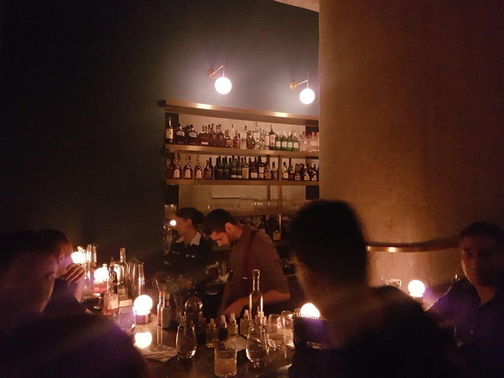 Fel: bar com coquetéis e clima aconchegante