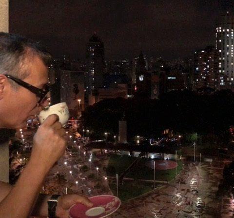 O ator e dramaturgo Ivam Cabral mostra seu estilo de vida no Centro de São Paulo