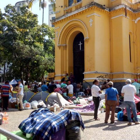 Desabrigados do edifício Wilton Paes de Almeida, em barracas em frente à igreja no Largo do Paissandu. Foto: Nathalia Monteiro