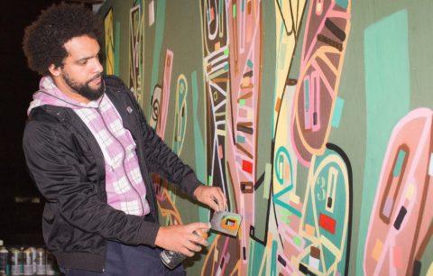 O grafiteiro Ciro Schu finaliza obra na parede do terraço do ULIVING 433