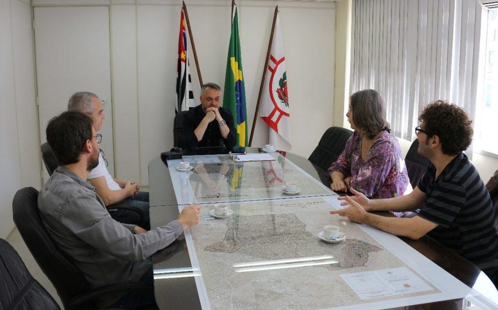 Reunião de um grupo de fundadores da Associação dos Moradores da Praça Roosevelt com o prefeito regional da Sé, Eduardo Odloak