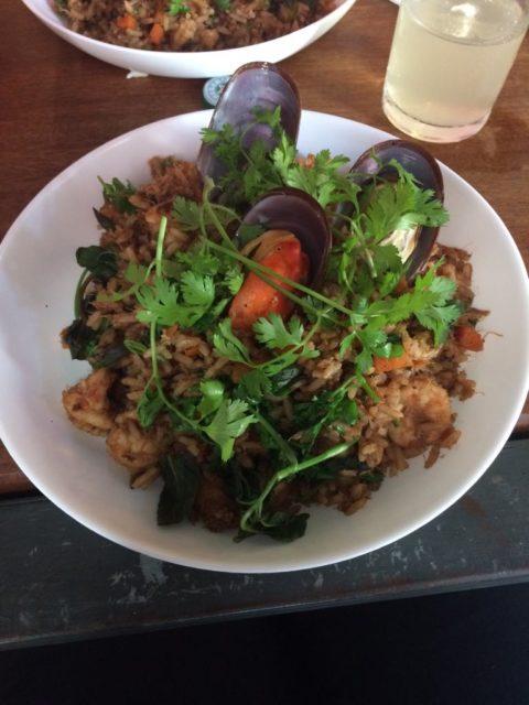 Arroz frito com siri, camarões, mexilhões, legumes e ervas