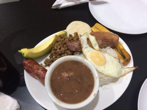 Prato típico colombiano no restaurante Los Rolos