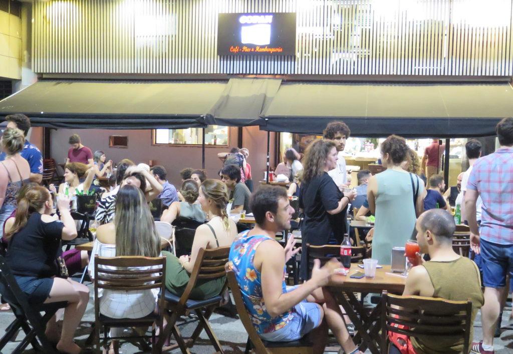 Copan: bar, lanchonete e padaria e o ponto de encontro de quem mora ou frequenta o Copan