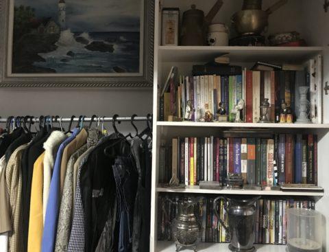 356c86b7418 A loja de dois andares é recheada de peças garimpadas pela proprietária  Débora Rodrigues. Ela conta que a maioria das roupas veio de suas viagens  pelo ...