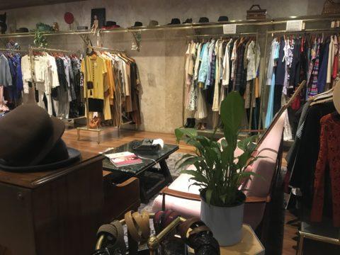 5d72906ef91 Em uma das ruas mais charmosas do Centro fica o brechó Gato Bravo Vintage  Shop