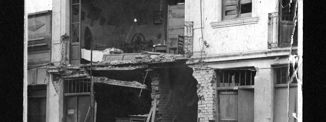 Casa na Rua Caetano Pinto atingida por granada durante a Revolução de 1924. Data: 1924. Acervo Fundação Energia e Saneamento.
