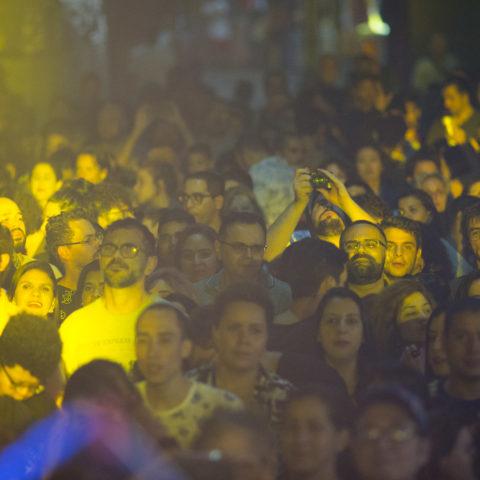 Show e público da Cantora Mariana Aydar no Palco 15 de Novembro. Festival a Vida no Centro que aconteceu nos dias 09 e 10 de novembro (sábado e domingo) com debates, arena infantil, shows, festa com DJ, feira preta pocket, passeios guiados pelo centro histórico. FOTO TIAGO QUEIROZ/ AVIDANOCENTRO