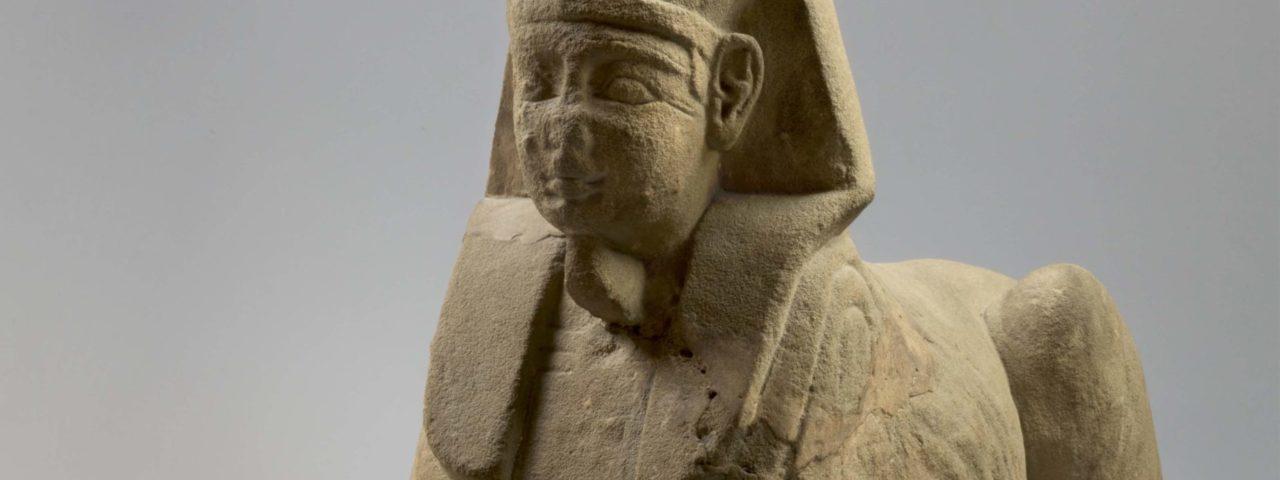 Estátua de esfinge Procedência desconhecida, Período Romano (30 a.C. – 395 d.C.) | Arenito, 41 x 22,5 x 68,5 cm © Museo Egizio